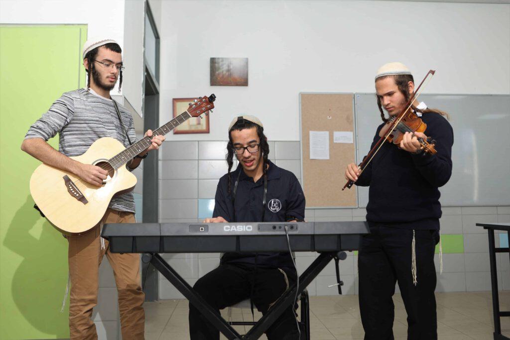 חברי להקת הישיבה מנגנים