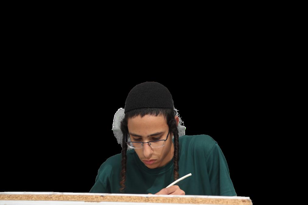 תלמיד כותב ספר תורה עם נוצה